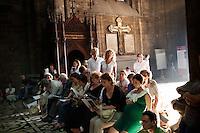 Milano: gente in Duomo assiste alla messa in onore del nuovo arcivescovo di Milano Angelo Scola