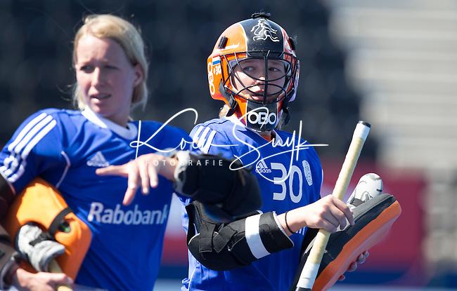 LONDEN -  Anne Veenendaal (r) die op doel staat met Joyce Sombroek (l)  voor de wedstrijd tussen de dames van Nederland en Polen bij  het Europees Kampioenschap hockey in Londen. ANP KOEN SUYK