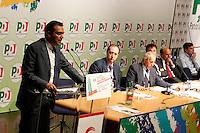 NAPOLI 15/06/2012 CONFERENZA NAZIONALE PER IL LAVORO DEL PARTITO DEMOCRATICO.NELLA FOTO LUIGI DE MAGISTRIS.FOTO CIRO DE LUCA.