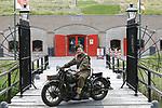 Foto: VidiPhoto<br /> <br /> DE BILT – Beeldend kunstenaar Tibo van de Zand (34) poseert in een origineel Canadees uniform uit de Tweede Wereld met zijn Harley 42WLC, uit dezelfde periode voor fort Voordorp in De Bilt. De motor werd speciaal voor het Canadese leger vervaardigd en is door Tibo gerestaureerd.