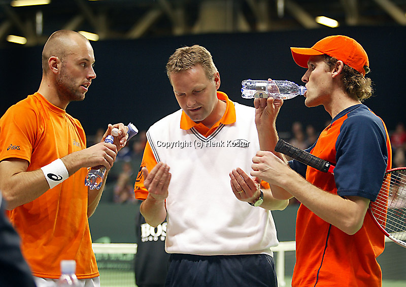 05-03-2006,Swiss,Freibourgh, Davis Cup , Swiss-Netherlands, Peter Wessels-Dennis van Scheppingen listning to te instructions in the last part of the match