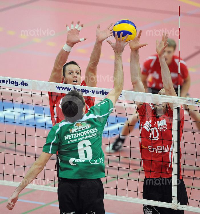 Volleyball  1. Bundesliga  2009/2010  14.11.2009 ENBW TV Rottenburg  -  A10 Netzhoppers Koenigs Wursterhausen Tibor Filo (TVR,li) und Matthias Pompe (TVR,re) gegen Arvid Kinder (KW, mitte)