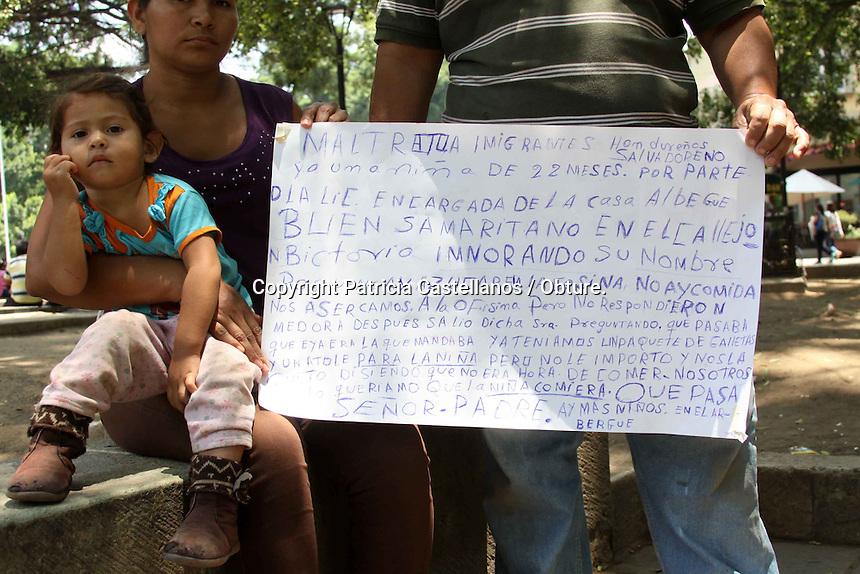 Oaxaca de Ju&aacute;rez, Oax. 19/05/2015.-Ante actos de discriminaci&oacute;n, una familia de migrantes originarios de centro am&eacute;rica, denunciaron abusos y racismo por parte de la encargada del albergue &ldquo;Casa del Buen Samaritano&rdquo;, ubicado en la capital oaxaque&ntilde;a en el callej&oacute;n de Guadalupe Victoria sin n&uacute;mero colonia Centro,  quien neg&oacute; comida y hospedaje a los viajeros, dando argumentos prejuiciosos de forma d&eacute;spota.<br /> <br />  <br /> <br /> A decir Marcel Antonio Ramos, originario de pa&iacute;s vecino de El Salvador, quien arribo a la capital oaxaque&ntilde;a este d&iacute;a, junto con su esposa proveniente de Honduras y su hija que cuenta con la nacionalidad mexicana, despu&eacute;s de haber atravesado una serie de circunstancias dif&iacute;ciles y peligrosas, narr&oacute; que llego al coraz&oacute;n de la ciudad, donde busco apoyo en el albergue &ldquo;Casa del Buen Samaritano&rdquo;, ya que no contaba con comida y refugio para su familia, sin embargo la encargada del lugar, de quien nunca supo su nombre, les dio un trato discriminatorio por lo cual abandonaron el lugar.<br /> <br />  <br /> <br /> Hemos salido de un secuestro de un supuesto trabajo en El Mal Paso, Chiapas, lugar donde nos escapamos, ya que hac&iacute;amos trabajos y no nos pagaban, luego fui a Acayucan, en donde fui agredido por la Migraci&oacute;n, ya que quer&iacute;a llevarse a mi hija a la fuerza, esto a pesar que mi hija tiene sus papeles ya que es legalmente mexicana, luego me  recorr&iacute; a Mat&iacute;as Romero, ah&iacute;  estuvimos en un albergue y nos trataron bien, pero ahora que venimos a Oaxaca fuimos a este albergue del buen samaritano en la calle Victoria, y fue donde sufrimos discriminaci&oacute;n, asegur&oacute;.<br /> <br />  <br /> <br /> En este contexto, Antonio Ramos indic&oacute; que el motivo que detono el enojo de la encargada de dicho lugar, fue que tomaran unas galletas, las cuales ellos agarraron debido a q