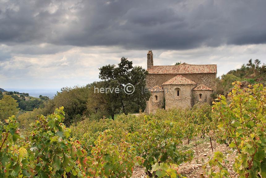 France, Vaucluse (84), Gigondas, la chapelle Saint-Côme et le vignoble // France, Vaucluse, Gigondas, the Chapel of St. Cosmas and vineyards