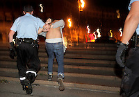 En partysvenske blir tatt hånd om av politiet i sentrum.  . (Foto:Fredrik Naumann/Felix Features)