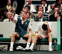 1995, ABNAMROWTT, Krajicek blesseerd zijn knie op matchpoint tegen Haarhuis(L) die een dokter roept
