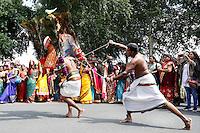 Nederland Den  Helder 2016  06 26. Jaarlijkse tempelfeest bij de Hindoe tempel in Den Helder.. Vereniging Sri Varatharaja Selvavinayagar voltooide in 2003 het gebouw dat wordt gebruikt voor het bevorderen van kunst en cultuur. Een ander deel wordt gebruikt voor het praktiseren van religieuze waarden. Het hoogtepunt van de feestperiode is het voorttrekken van de wagen ( chithira theer of ratham ). Dit is een kleurrijke optocht, waarbij de godheid Ganesh in de wagen wordt voortgetrokken door gelovigen.  Rituele dans tijdens de optocht. Bij enkele mannen zijn haken in de rug aangebracht.  Foto Berlinda van Dam /  Hollandse Hoogte