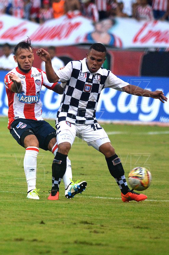 BARRANQUILLA- COLOMBIA -23 -04-2016: Juan G Dominguez (Izq.) jugador de Atletico Junior disputa el balón con Tomas Sierra (Der.) jugador de Boyaca Chico FC durante partido entre Atletico Junior y Boyaca Chico FC, de la fecha 14 de la Liga Aguila I-2016, jugado en el estadio Metropolitano Roberto Melendez de la ciudad de Barranquilla. / Juan G Dominguez (L) player of Atletico Junior vies for the ball with Tomas Sierra (R) player of Boyaca Chico FC, during a match between Atletico Junior and Boyaca Chico FC, for date 14 of the Liga Aguila I-2016 at the Metropolitano Roberto Melendez Stadium in Barranquilla city, Photo: VizzorImage  / Alfonso Cervantes / Cont.