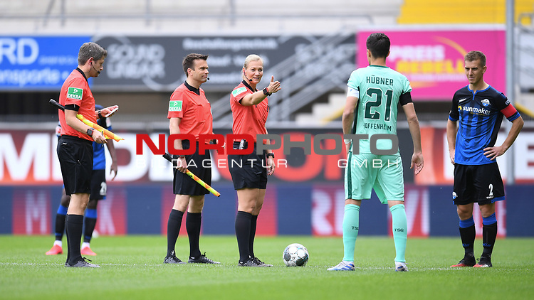 Schiedsrichterin Bibiana Steinhaus (m.) bei der Platzwahl mit Benjamin Huebner (Hoffenheim, 2.v.r.) und Uwe Huenemeier (SC Paderborn, r.).<br /><br />Sport: nph000251 Fussball: 1. Bundesliga: Saison 19/20: 27. Spieltag: SC Paderborn - TSG 1899 Hoffenheim, 23.05.2020<br /><br />Foto: Edith Geuppert/GES /Pool / Rauch / nordphoto <br /><br />DFL regulations prohibit any use of photographs as image sequences and/or quasi-video.<br /><br />Editorial use only!<br /><br />National and international news-agencies out.
