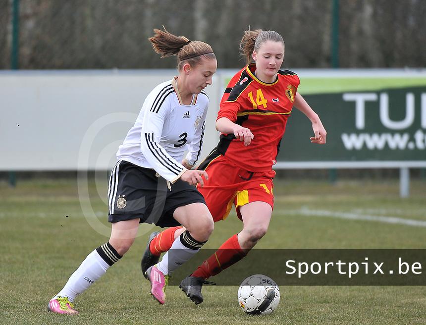 Belgie U17 - Duitsland U17 : Felicitas Rauch aan de bal voor Bieke Vandenbussche.foto DAVID CATRY / Vrouwenteam.be