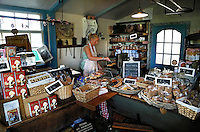 Zaanse Schans- Bakkerijmuseum en winkel In De Gecroonde Duyvekater. Vrouw bakt wafels
