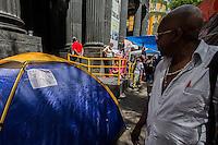 SÃO PAULO,SP, 05.10.2015 -MANIFESTAÇÃO-SP - Movimento dos sem-tetos durante ato por moradia na sede da Caixa Econômica na praça da Sé região central de SP na tarde desta segunda-feira 05. (Foto: Fernando Nascimento/Brazil Photo Press)