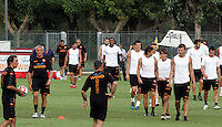 "Calcio: il nuovo allenatore della Roma Claudio Ranieri, secondo da sinistra, entra in campo con i giocatori per dirigere il suo primo allenamento al centro sportivo ""Fulvio Bernardini"" di Trigoria, Roma, 2 settembre 2009..AS Roma football team's new coach Claudio Ranieri, second from left, enters the pitch to lead his first tranining session at the club's sporting center on the outskirts of Rome, 2 september 2009..UPDATE IMAGES PRESS/Riccardo De Luca"