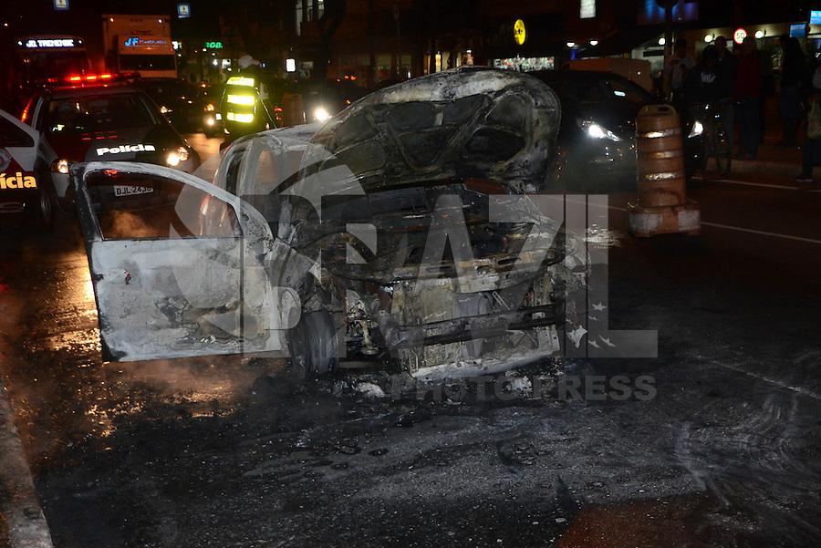SÃO PAULO, SP - 22.06.2016 - INCÊNDIO - SP - Um carro do modelo Gol da marca Volkswagen pegou fogo na noite desta quarta feira,22, na Avenida Guilherme Cotching no bairro da zona norte de São Paulo. (Foto: Eduardo Martins / Brazil Photo Press)