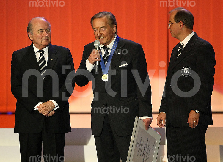 Fussball International 57. FIFA Kongress    Hallenstadion Zuerich Ehrung; FIFA Praesident S. Blatter (li) verleiht Gerhard Mayer-Vorfelder die FIFA Ehrenmitglieschaft fuer seine Verdienste fuer den Fussball; FIFA Generalsekretaer Urs Linsi (re)