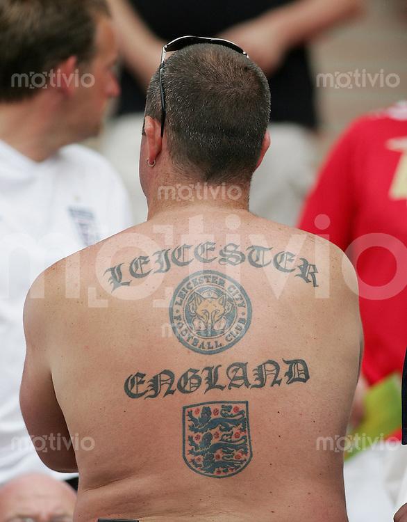 Fussball WM 2006  Gruppenspiel  Vorrunde England - Trinidad & Tobago Ein englischer Fan mit Tattoo auf dem Ruecken