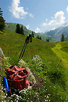 CHE, SCHWEIZ, Kanton Bern, Berner Oberland, Engstlenalp am Ende des Gentals: Rucksack, Wasserflasche und Wanderstoecke am Wegesrand | CHE, Switzerland, Bern Canton, Bernese Oberland, Engstlenalp at Gen Valley: Rucksack, water bottle + hiking sticks