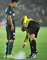 BOGOTA - COLOMBIA -27 -01-2015: Luis Sanchez, arbitro, durante partido de vuelta entre Independiente Santa Fe y Atletico Nacional por la Super Liga 2015, en el estadio Nemesio Camacho El Campin de la ciudad de Bogota.  / Luis Sanchez, referee, during the match between Independiente Santa Fe and Atletico for the second leg of the Super Liga 2015 at the Nemesio Camacho El Campin Stadium in Bogota city. Photo: VizzorImage / Luis Ramirez / Staff.