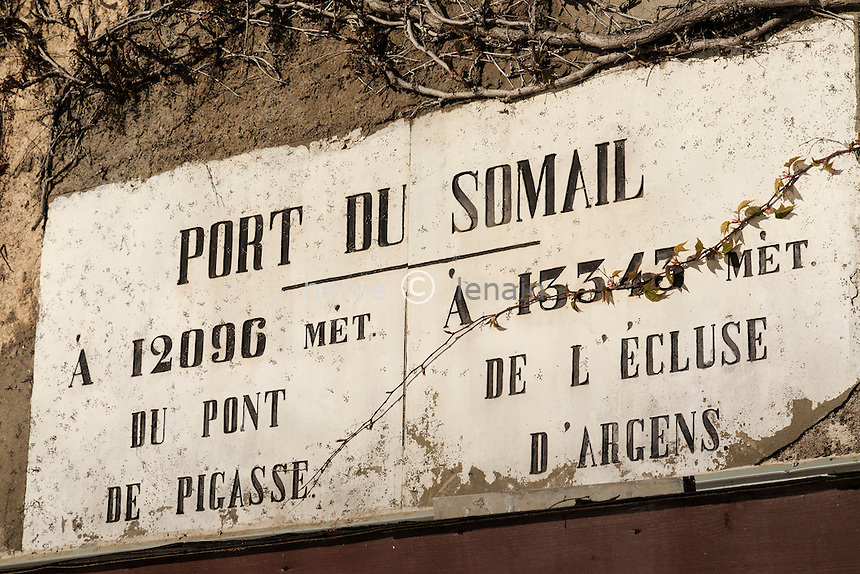France, Aude (11), Le Somail, port fluvial du Somail sur le canal du Midi classé Patrimoine Mondial de l'UNESCO, signalétique // France, Aude, Le Somail, Somail river port on the Canal du Midi listed as World Heritage by UNESCO, signage