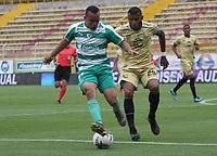 BOGOTÁ - COLOMBIA, 24-04-2019:Jesus Gonzalez (Izq.) jugador de La Equidad  disputa el balón con Carlos Ramirez (Der.) jugador de Rionegro  durante partido por la fecha 17 de la Liga Águila I 2019 jugado en el estadio Metropolitano de Techo de la ciudad de Bogotá. /Jesus Gonzalez (L) player of La Equidad fights the ball  against of Carlos Ramirez (R) player of Rionegro  during the match for the date 17 of the Liga Aguila I 2019 played at the Metropolitano de Techo  stadium in Bogota city. Photo: VizzorImage / Felipe Caicedo / Staff.