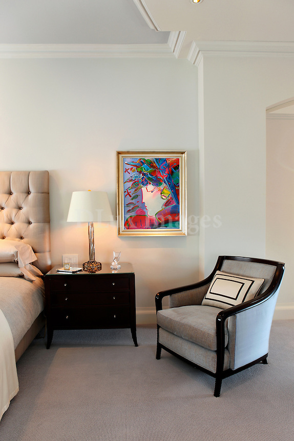 When the owner decided to downsize ,she found a smaller apartment on Park Avenue which she renovated and therefore was  able to stay in the same neighborhood of New York that she loved and had lived in for many years. She put at the helm, a New York Designer, who was very familiar with her previous residence. By uniting the client's vibrant art collection with tranquil colors and materials the designer created a well-balanced and sophisticated space.