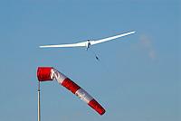 Start an der Winde: EUROPA, DEUTSCHLAND, HAMBURG, (GERMANY), 25.10.2008:Windenstart in Boberg, Windenstart, Windsack, Windrichtung, leichter Seitenwind, Segelflugzeug, Segelfliegen, Starten, in den Himmel, weite, Freiheit, Sonne,  in die Luft, Aufwaerts, Aufwind-Luftbilder.. c o p y r i g h t : A U F W I N D - L U F T B I L D E R . de.G e r t r u d - B a e u m e r - S t i e g 1 0 2, 2 1 0 3 5 H a m b u r g , G e r m a n y P h o n e + 4 9 (0) 1 7 1 - 6 8 6 6 0 6 9 E m a i l H w e i 1 @ a o l . c o m w w w . a u f w i n d - l u f t b i l d e r . d e.K o n t o : P o s t b a n k H a m b u r g .B l z : 2 0 0 1 0 0 2 0  K o n t o : 5 8 3 6 5 7 2 0 9.C o p y r i g h t n u r f u e r j o u r n a l i s t i s c h Z w e c k e, keine P e r s o e n l i c h ke i t s r e c h t e v o r h a n d e n, V e r o e f f e n t l i c h u n g n u r m i t H o n o r a r n a c h M F M, N a m e n s n e n n u n g u n d B e l e g e x e m p l a r !.