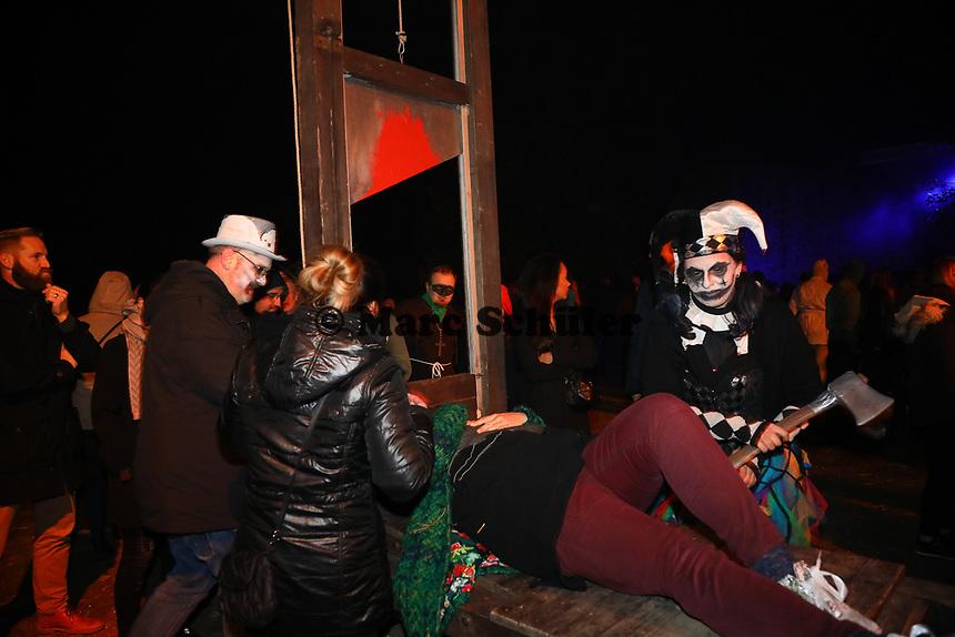 Die Guilloutine war wieder eine große Attraktion - Mühltal 03.11.2018: Halloween auf der Burg Frankenstein