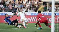 Calcio, Serie A: Bergamo, 20 agosto 2017. <br /> Roma's Stephan El Shaarawy (c) in action with Atalanta's Hans Hateboer (l) and Etrit Berisha (r) during the Italian Serie A football match between Atalanta and Roma at Bergamo's Atleti Azzurri d'Italia stadium. August 20, 2017.<br /> UPDATE IMAGES PRESS/Isabella Bonotto