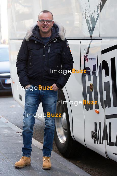 EXCLUSIF - NO WEB, NO BLOG -<br /> Le chanteur italien Gigi d'Alessio &agrave; la sortie de l'h&ocirc;tel Steigenberger Wiltcher's &agrave; Bruxelles. Gigi d'Alessio &eacute;tait de passage en Belgique pour un concert au Cirque Royal, lors de sa tourn&eacute;e &quot; MALATERRA TOUR 2015 &quot;.<br /> Belgique, Bruxelles, 31 octobre 2015<br /> EXCLUSIVE - NO WEB, NO BLOG -<br /> Italian singer Gigi d'Alessio pictured coming out of the Steigenberger Wiltcher's hotel in Brussels. Gigi d'Alessio was giving a concert at the ' Cirque Royal ' in Brussels, while on a world tour ' MALATERRA TOUR 2015 '.<br /> Belgium, Brussels, 31 October 2015