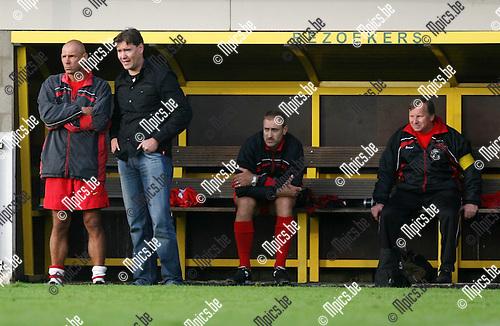 2008-07-20 / Voetbal / Seizoen 2008-2009 / Herentals /  de coaches kijken toe van op de bank..Foto: Maarten Straetemans (SMB)