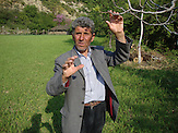 Anastas auf seinem Familiengrundstück / Anastas on his family's estate.