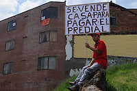 MEDELLÍN –COLOMBIA, 01-04-2013. Un hombre protesta con un cartel que dice vendo la casa para pagar impuestos durante la conmemoración del Día Internacional del Trabajo en las calles de la ciudad de Medellín./ A man protest with a poster searchin a buyer for his house to pay taxes during  International Work Day commemoration at Medellin streets.  Photo:  VizzorImage /Luis Ríos/Str