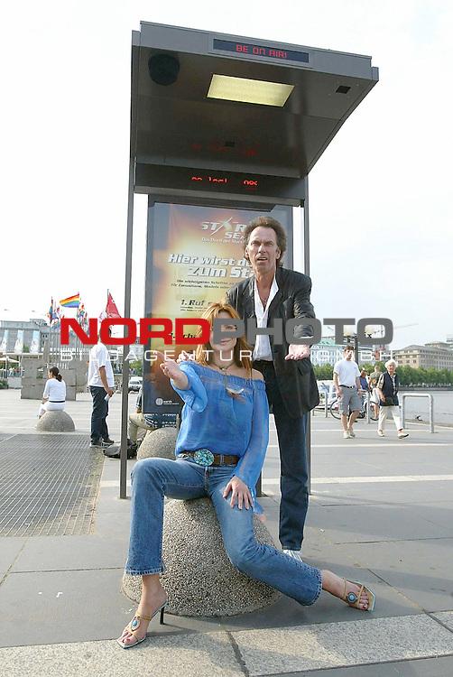 Die neue Sendung &quot;Star Search&quot; hat in ganz Deutschland 10  &quot;Be on air&quot;- Studios zur Bewerbung aufgebaut<br /> Hugo Egon Balder und Alexandra Kamps weihen hier den Standort in Hamburg am Jungfernstieg ein<br /> <br /> Foto &copy; nordphoto / Anja Heinemann<br />  *** Local Caption *** Foto ist honorarpflichtig! zzgl. gesetzl. MwSt.<br />  Belegexemplar erforderlich<br /> Adresse: nordphoto<br /> Georg-Reinke-Strasse 1<br /> 49377 Vechta