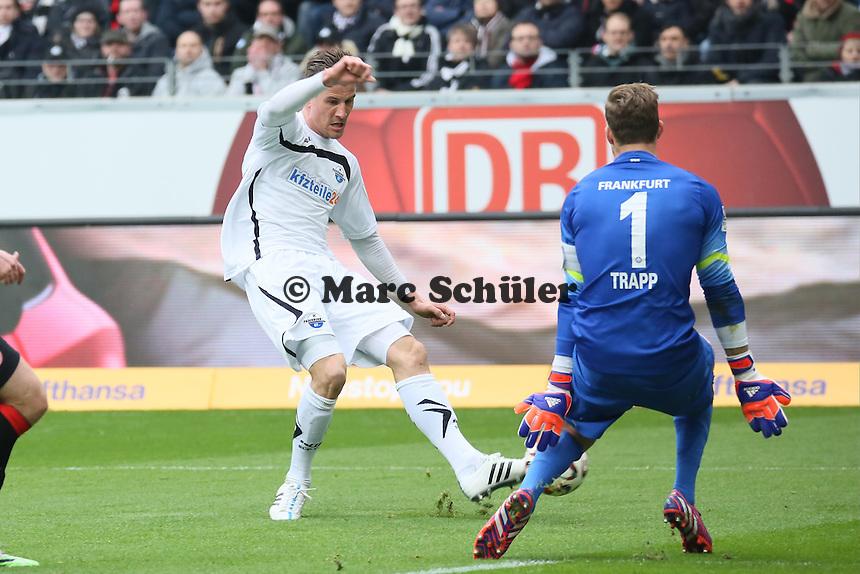 Stefan Kutschke (Paderborn) gegen Kevin Trapp (Eintracht) - Eintracht Frankfurt vs. SC Paderborn 07, Commerzbank Arena