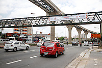 SÃO PAULO,SP,24.11.2014 - REDUÇÃO VELOCIDADE AV. ANHAIA MELO - A velocidade máxima permitida na avenida Professor Luiz Ignácio de Anhaia Mello, na zona leste da capital,foi reduzida para 50 km/h nesta desta segunda-feira (24).Proximo a faixa que informa a mudança é possivel ver uma placa marcando 60 km/h.(Foto:Ale Vianna/Brazil Photo Press).