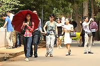 ATENCAO EDITOR: FOTO EMBARGADA PARA VEICULO INTERNACIONAL - SAO PAULO, SP, 21 NOVEMBRO 2012 - CLIMA TEMPO SP – Aproveitando o dia quente e  com sol turistas chineses aproveitam para conhecer o parque Ibirapuera nessa quinta-feira 22 (FOTO: LEVY RIBEIRO / BRAZIL PHOTO PRESS)