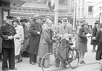 Photo from the NIOD's Huizinga collection. People read the first stenciled news bulletins on the Groenmarkt, which have not been censored by the occupying forces.