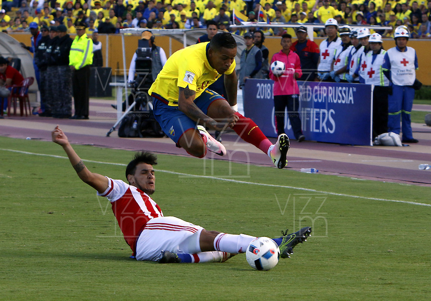 QUITO - ECUADOR - 24-03-2016: Michael Arroyo (Der.) jugador  de Ecuador disputa el balón con Ivan Piris (Izq.) jugador de Paraguay, durante entre los seleccionados de Ecuador y Paraguay, partido válido por la fecha 5 de la clasificación a la Copa Mundo FIFA 2018 Rusia jugado en el estadio Olímpico Atahualpa en Quito. / Michael Arroyo (R) player of Ecuador struggles the ball with Ivan Piris (L) player of Paraguay during a match between Ecuador and Paraguay valid for the date 5 of 2018 FIFA World Cup Russia Qualifier played at Olimpico Atahualpa stadium in Quito. Photo: VizzorImage / Rolando Enriquez / Agencia Cronistas Gráficos