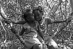 Popula&ccedil;&otilde;es Tradicionais de apanhadores de flores Sempre Vivas situadas na Serra do Espinha&ccedil;o em Diamantina, Minas Gerais.<br /> Popula&ccedil;&otilde;es atingidas pela implanta&ccedil;&atilde;o do Parque Nacional das Sempre Vivas.<br /> S&atilde;o quilombolas reconhecidos pela Funda&ccedil;&atilde;o Palmares e lutam pela demarca&ccedil;&atilde;o territorial e pela recategoriza&ccedil;&atilde;o do Parque Nacional das Sempre Vivas para uma Reserva de Desenvolvimento Sustent&aacute;vel (RDS) que permite a manuten&ccedil;&atilde;o do modo de vida tradicional. Al&eacute;m de apanhar flores praticam agricultura e pecu&aacute;rias tradicionais.
