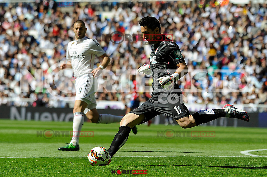 Real Madrid´s Karim Benzema and Granada´s goalkeeper Oier Olazabal during 2014-15 La Liga match between Real Madrid and Granada at Santiago Bernabeu stadium in Madrid, Spain. April 05, 2015. (ALTERPHOTOS/Luis Fernandez) /NORTEphoto.com