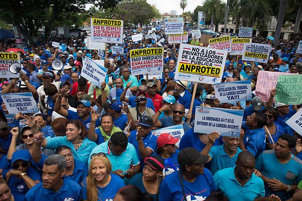 STO12. SANTO DOMINGO (REPÚBLICA DOMINICANA), 13/04/2018.- Miles de profesores protestan para pedir mejores condiciones laborales hoy, viernes 13 de abril de 2018, frente al Ministerio de Educación, en Santo Domingo (República Dominicana). Hoy se conmemora el 48° aniversario de la fundación de la Asociación Dominicana de Profesores (ADP). EFE/Orlando Barría