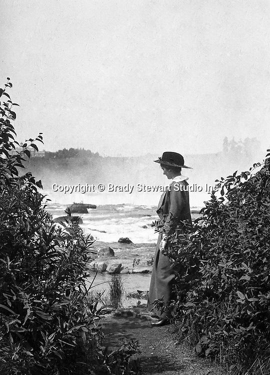 Niagara Falls, New York:  Viewing the Horseshoe Falls from Table Rock - 1914