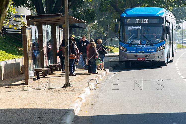 Parada de ônibus na Avenida 23 de Maio, São Paulo - SP, 06/2016.