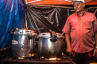 S&Atilde;O PAULO, SP, 20.02.2017 - MTST-SP<br /> Jantar dos Integrantes do Movimento dos Trabalhadores Sem Teto (MTST) acampados na Avenida Paulista, esquina com a Rua Augusta (Foto: Danilo Fernandes/Brazil Photo Press)