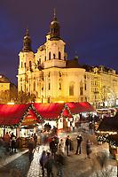 Tschechien, Boehmen, Prag: Weihnachtsmarkt vor der Nikolauskirche auf dem Altstaedter Ring, dem zentralen Marktplatz in der Altstadt   Czech Republic, Bohemia, Prague: Christmas Market in the Old Town Square beneath the Church of Saint Nicholas