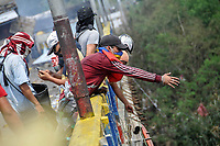 """CUCUTA - COLOMBIA, 24-02-2019: Manifestantes se enfrentan con la Guardia nacional Venezolana que intenta impedir el ingreso de ayuda a su país un día después del concierto """"Venezuela Aid Live"""" que se realizó el 22 de febrero de 2019 en el puente internacional Las Tienditas en la frontera de Cucuta, Colombia con Venezuela, con el objetivo de pedir al gobierno de Nicolás Maduro permitir la entrada de ayuda humanitaria a su país. / MProtesters clash with the Venezuelan National Guard trying to prevent the entry of humanitarian aid to their country one day after the concert """"Venezuela Aid Live"""" on the International bridge las Tienditas on the border of Cucuta, Colombia with Venezuela with the objetive of asking to the Maduro's regimen allow the humanitarian aid to income to the Venezuelan territories. Photo: VizzorImage / Julio Colmenares / Cont"""