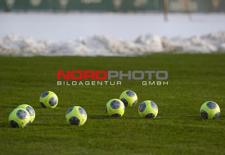 27.01.2014, Trainingsgelaende, Bremen, GER, 1.FBL, Training Werder Bremen, im Bild Feature Winter-Fu&szlig;b&auml;lle<br /> <br /> Foto &copy; nordphoto / Frisch