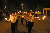 """Laut klagend zieht die Bischofsheimer Kerwegesellschaft durch die Straßen und Gassen, um die """"Kerwelies"""" zu verbrennen"""