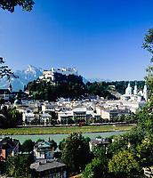 AUT, Oesterreich, Salzburg, Blick ueber die Salzach zur Altstadt mit Dom und Festung Hohensalzburg | AUT, Austria, Salzburg: view across river Salzach towards old town with cathedral and fortress Hohensalzburg
