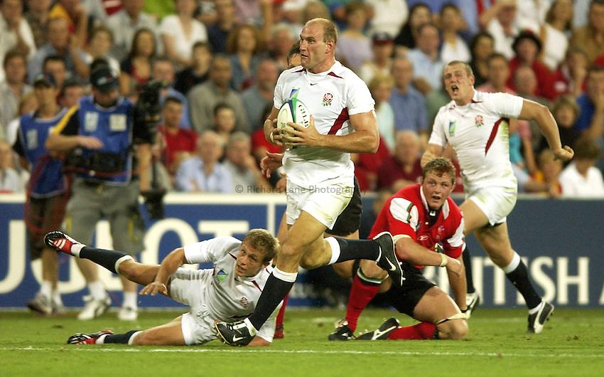 Photo: Richard Lane..England v Wales.  Quarter-Final 2, at the Suncorp Stadium, Brisbane. RWC 2003. 09/11/2003..Lawrence Dallaglio attacks.